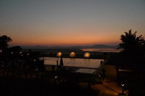 Bagan Thiripyitsaya Sanctuary Resort : View from the deck at dusk