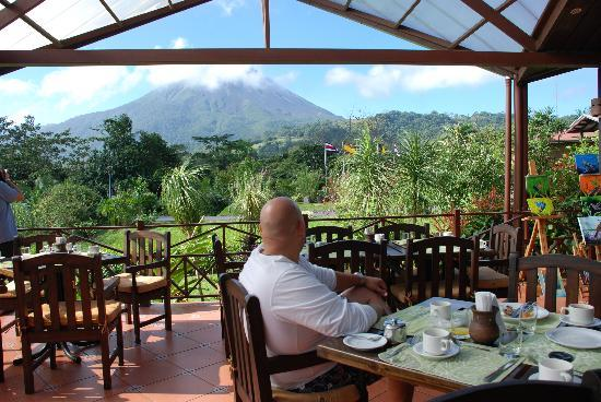 Arenal Springs Resort and Spa: the awesome view of Arenal while enjoying breakfest