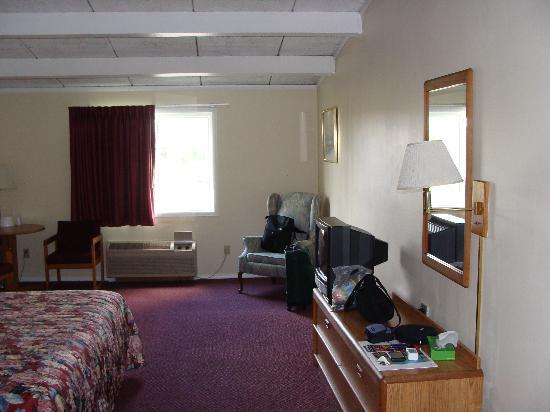 Red Carpet Inn Syracuse Airport: Large room