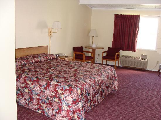 Red Carpet Inn Syracuse Airport: Large room