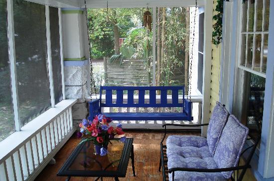 Coconut Cottage Inn : Front Porch