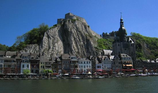 Dinant, Bélgica: ミューズ川越しの美しい街並み