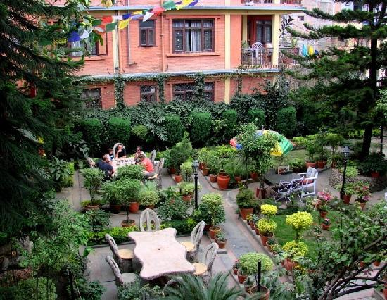 Hotel Ganesh Himal: Breakfast in the garden courtyard is great