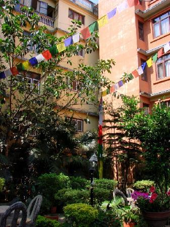 Hotel Ganesh Himal : The courtyard
