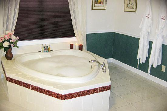 The Paddock Inn Bed & Breakfast: Spa Tub