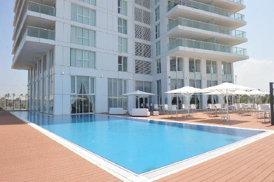 Island Suites Hotel: The Pool