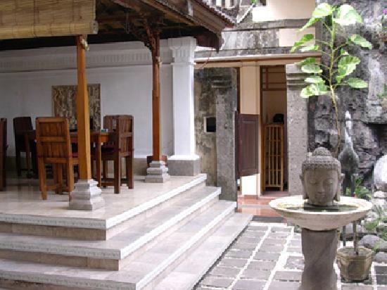 Puri Dukuh Accommodation: Breakfast Bale