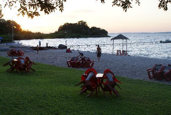 Mwanza, แทนซาเนีย: Sunset over beach in front of Tunza Lodge