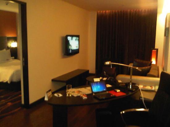 Radisson Suites Bangkok Sukhumvit : Wohn- Arbeitsbereich