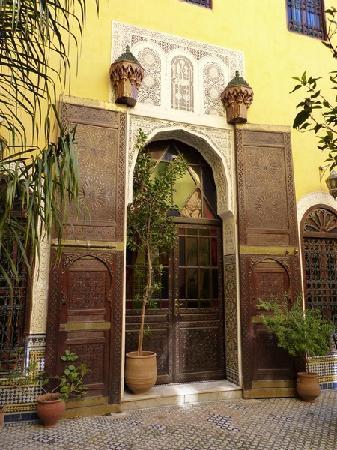 Riad Le Calife: Une magnifique porte ancienne dans le patio