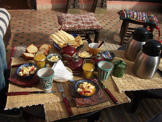 Riad Ajebel: Desayuno en la terraza