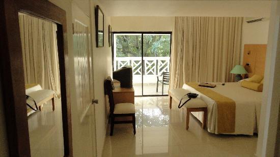Hotel Beach House Playa Dorada: Hotelzimmer aber erst nach 2 Anlauf und übernachten 2 Nächte in einem Loch von Zimmer