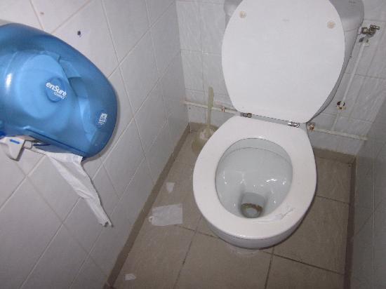 Kawann Beach Hotel: Les toilettes de l'hôtel (sales, équipement papier déglingué)