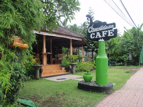 Candidasa Restaurant: green bottle in front of the restaurant candidasa cafe