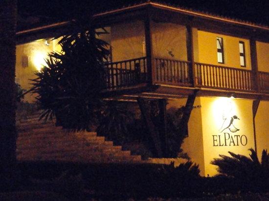 El Pato: Restaurant am Abend von aussen