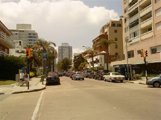 هوتل أكوا: Vista de la calle en la que esta ubicado el hotel