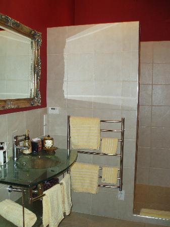 Eden Park Bed & Breakfast: One of the bath rooms