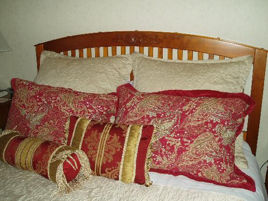 Eden Park Bed & Breakfast: One of the beautyful beds