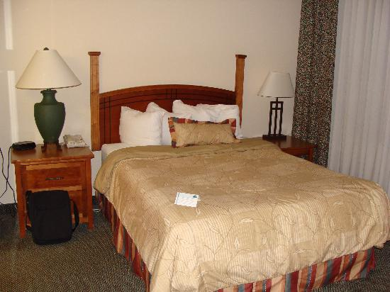 Staybridge Suites Corning: Comfortable Bed