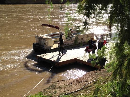 Colorado River & Trail Expeditions: Bote que lleva por el río Colorado