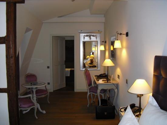 Zone bureau suite junior picture of hotel cour du corbeau