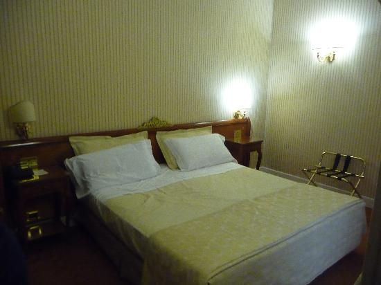 Hotel Flavia: Lit confortable taille XL