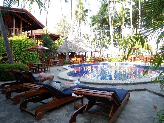 Tambor Tropical Beach Resort: Relaxing at the pool