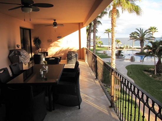El Zalate Villas: Loved spending time on the deck.
