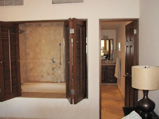 El Zalate Villas: Master Bedroom and Bathroom.