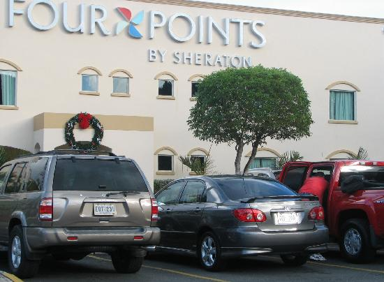 Four Points by Sheraton Caguas Real Hotel & Casino: Vista desde el estacionamiento