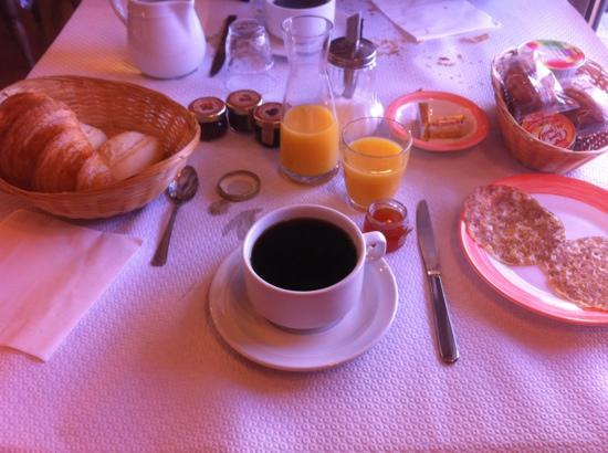 Hotel Le Romarin : 8 euros breakfast,....... better you get a breakfast from carrefour