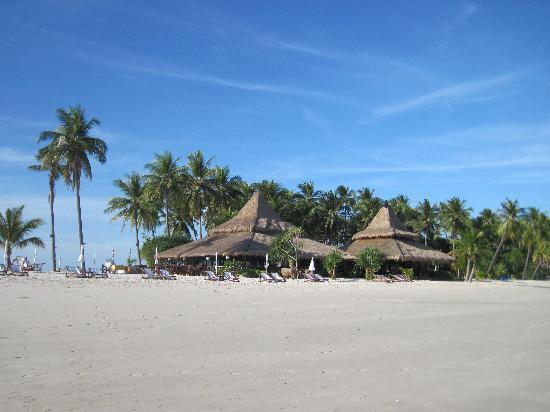 Koh Mook Sivalai Beach Resort : plage des trois cotés du resort
