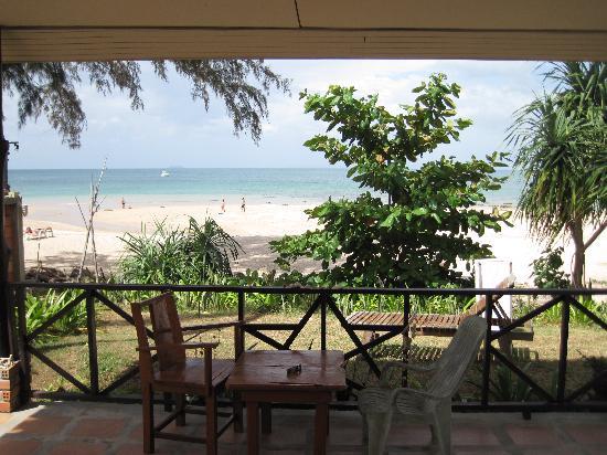 Good Days Lanta Beach Resort: vue de notre chambre lorsqu'on ouvre la porte