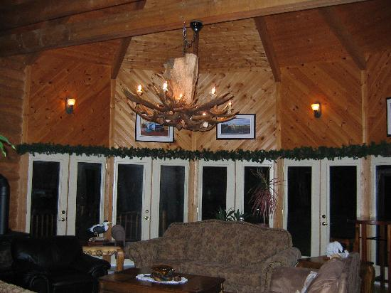 Tuckamore Lodge: The salon- the chandelier is made of moose horn