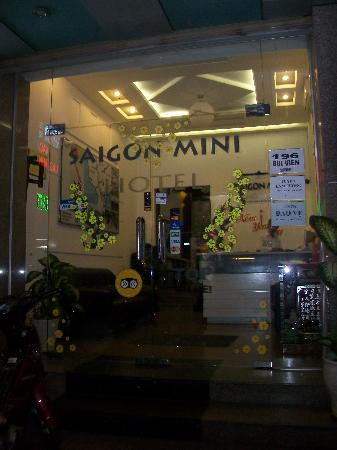 Saigon Mini Hotel 5: Front entrance