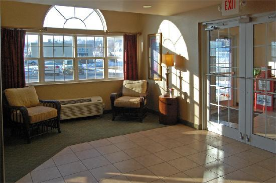 Microtel Inn & Suites by Wyndham Bellevue: Main entry and sitting area inside the Bellevue, NE Microtel.