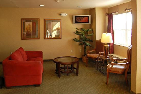 Microtel Inn & Suites by Wyndham Bellevue: The lobby in this hotel is quite large.