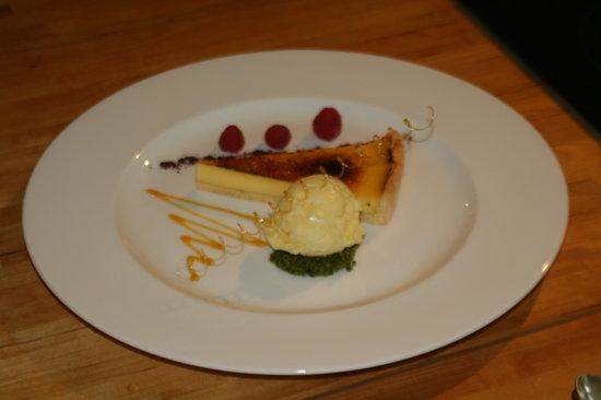 Le Calabash Petit Conservatoire de la Cuisine: Creme Brulee Tarte dans la présentation