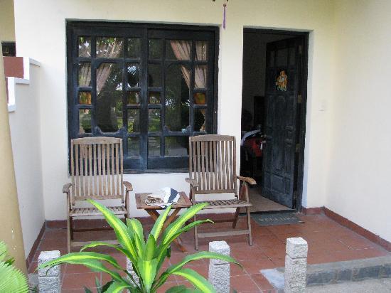 Dynasty Mui Ne Beach Resort: petite terasse avec table et fauteuils