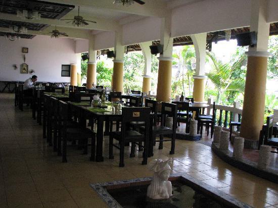Dynasty Mui Ne Beach Resort: salle a manger ouverte sur mer et piscine