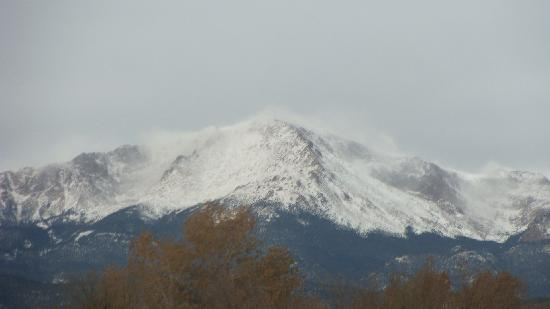 Colorado Springs Extended Stay Hotel: Zoomed in view of Pikes Peak from the parking lot