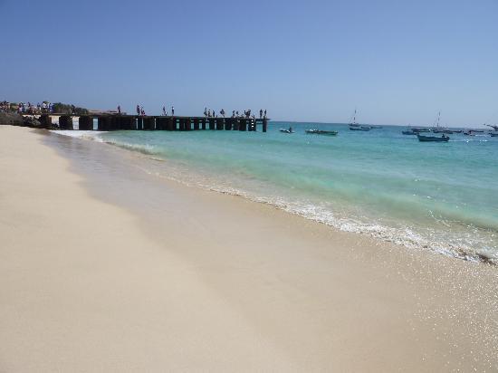 Hotel Oasis Belorizonte : La playa, con el muelle de Santa María al fondo