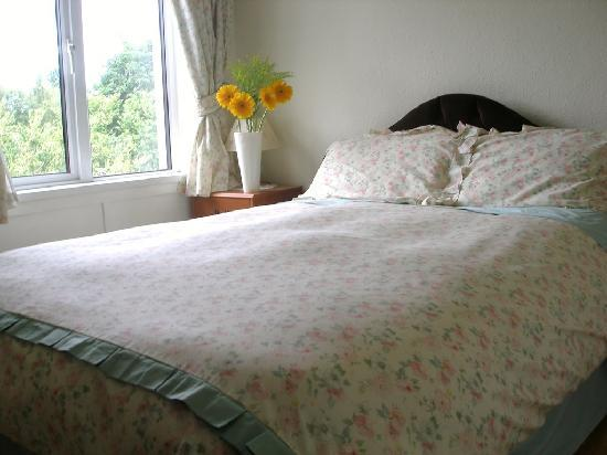 Failte B&B: Double bedroom with garden view