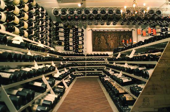 Hospiz Alm: Großflaschenkeller mit Flaschen bis zu 18l