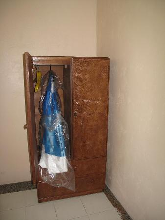Alfonso Hotel: small cabinet