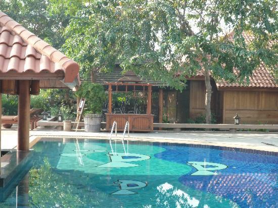 Rupar Mandalar Resort : piscina....con le vecchie sedie ammucchiate dietro!