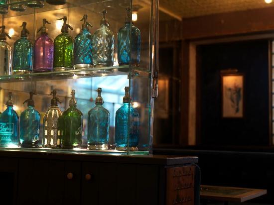 Café Populaire, Marseille, déco de bouteilles anciennes