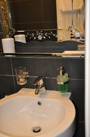 Le M Apartment: Recently renovated bathrooms