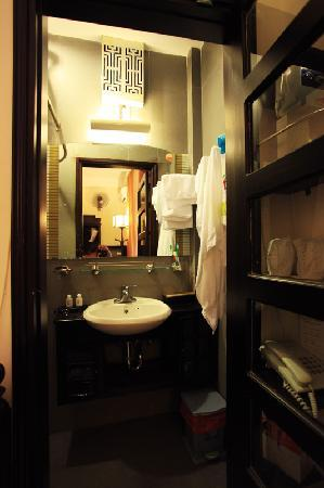 HueNino Hotel: Standard single room: Small toilet with strategically placed functional items