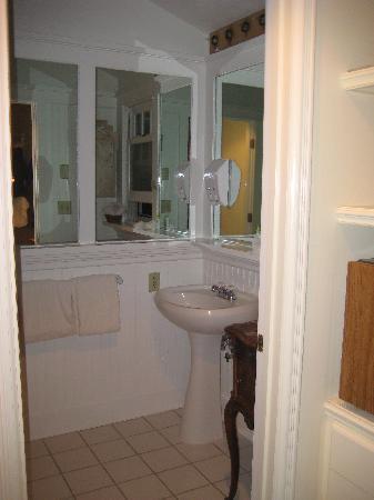 The Madeleine : Forsythia Suite bathroom